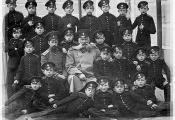 Група полацкіх кадэтаў з выкладчыкамі (1912). Фотаздымак з сайта https://www.psu.by