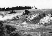 Савецкія танкі і пяхота ў баі пад Оршай. 1944 г. Фотаздымак  з сайта  https://news.tut.by
