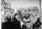 Жыхары Віцебска сустракаюць сваіх вызваліцеляў. 26 чэрвеня 1944 года. Фота з сайта https://vitebsk.biz