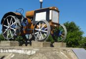 Трактар-легенда ХТЗ-32. Сенненскі раён, г. п. Багушэўск. Фотаздымак з сайта http://photogoroda.com