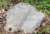 Камень з крыжам ля вёскі Харлінцы. Фотаздымак  з сайта http://www.natal.by
