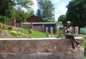 Дзяўчынка з сонечным гадзіннікам каля Дзіцячага музея. г. Полацк. Фотаздымак з сайта http://museums.by/