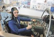 Экскурсавод музея Максім Будзіч за штурвалам Су-17. Фотаздымак з сайта https://www.sb.by