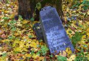 Талачынскі раён.  Вёска Абольцы. Помнік на старадаўніх могілках у былога касцёла. Фатаграфія з сайта http://www.fotobel.by